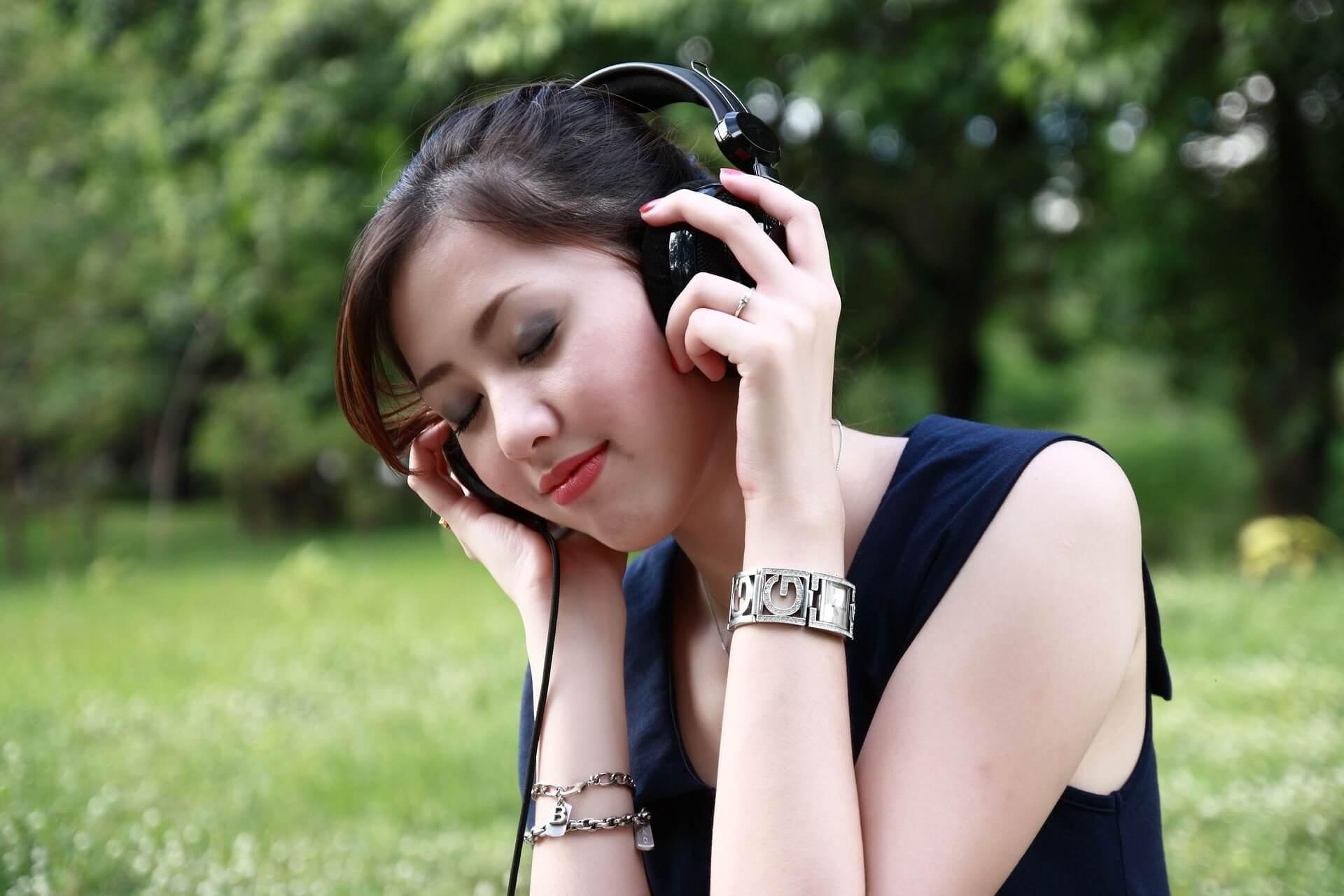 Kvinde lytter til lydbøger